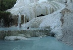 Hồ bơi tự nhiên trên vách đá bậc thang ở Italy