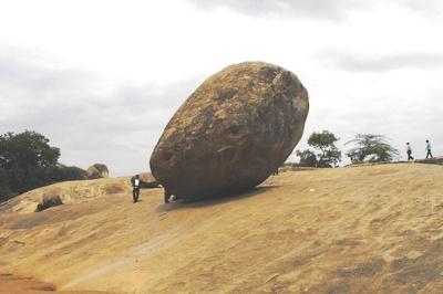 Hòn đá cổ cân bằng trên dốc thách thức người dịch chuyển