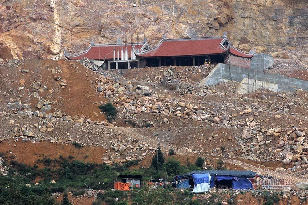 Hà Giang xẻ núi, dời trăm ngôi mộ để xây chùa sát cột cờ Lũng Cú