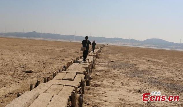 Cầu đá 400 năm tuổi đột ngột lộ diện khi nước hồ hạ thấp