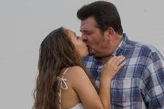 Đi làm thêm năm 16 tuổi, sau 6 năm, cô gái cưới luôn ông chủ 53 tuổi