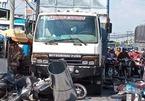 Ô tô tải tông 7 xe máy dừng đèn đỏ ở Long An, 11 người nhập viện