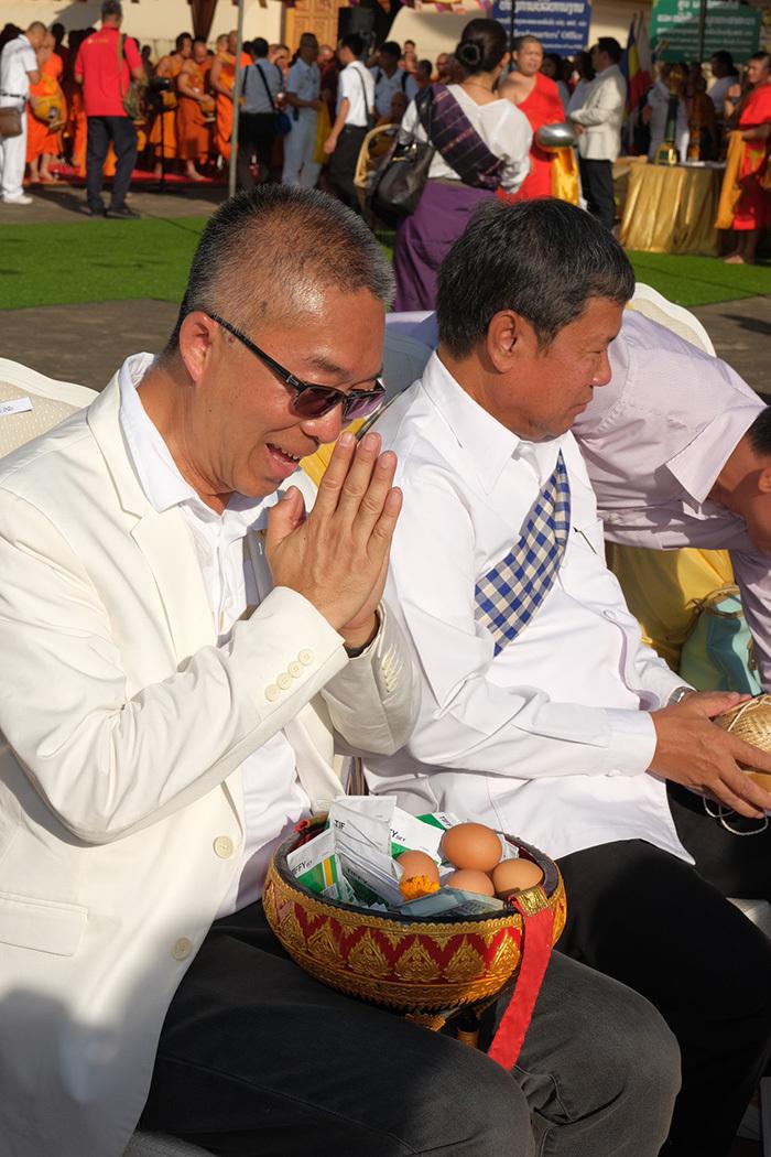 Tỷ phú theo đạo Phật: Tôi luôn làm gương cho các con