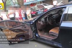 """Xe sang Lexus """"gãy cánh"""" do tài xế bất cẩn khi mở cửa"""