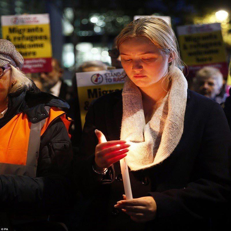 Dân Anh thắp nến cầu nguyện cho 39 nạn nhân chết trong thùng xe