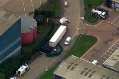 Bỉ phát hiện 20 người nhập cư trái phép còn sống trong hai xe tải
