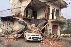 Ô tô tông nhau khiến ngôi nhà hai tầng sụp đổ