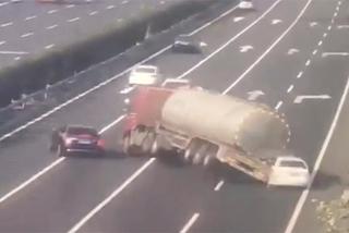 Tránh ô tô đỗ ẩu, xe chở dầu lật ngửa trên đường cao tốc