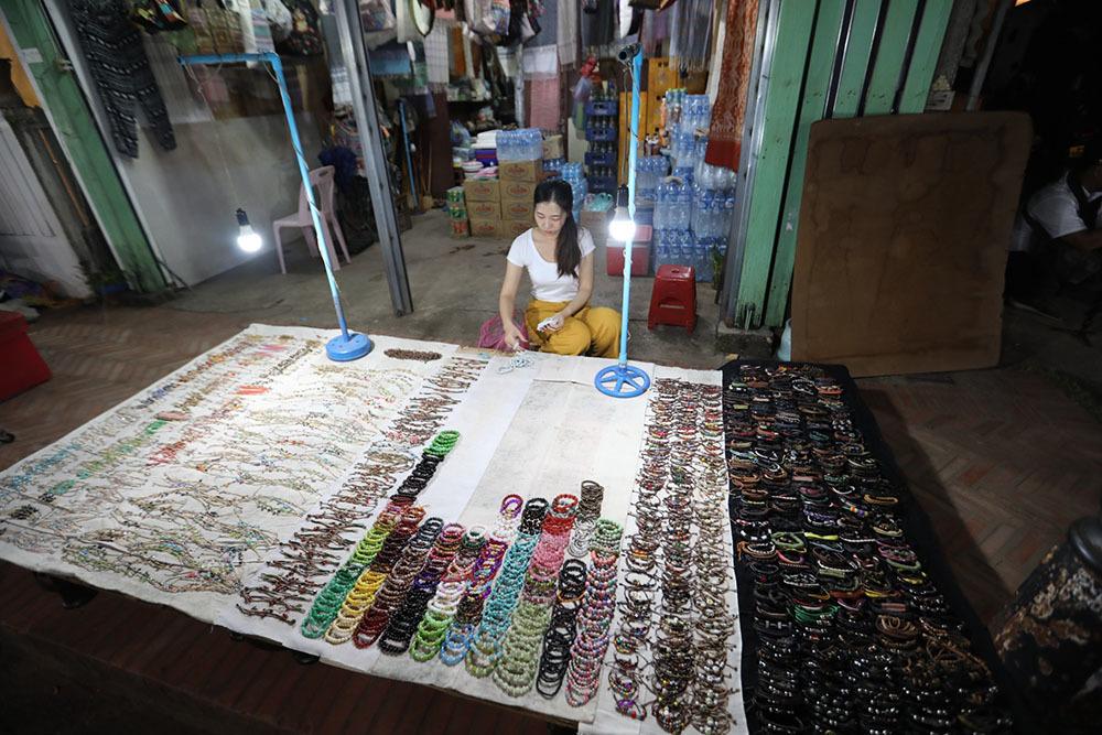 'Cháy túi' ở chợ đêm phố cổ Luang Prabang