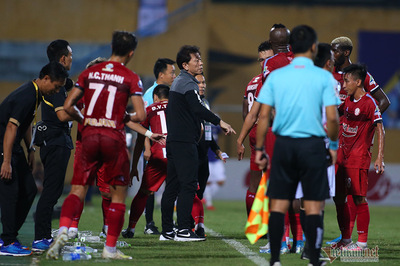 Cầu thủ TPHCM suýt bỏ trận đấu để phản ứng trọng tài