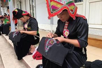 Love in Pieu scarf of Thai women