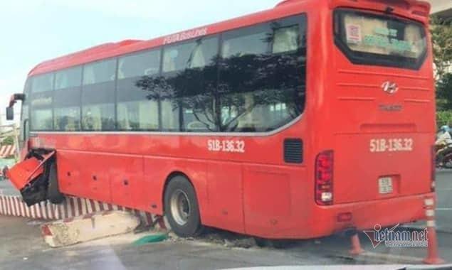 Xe khách 'đại náo' dướichân cầu Sài Gòn, hành khách khiếp vía