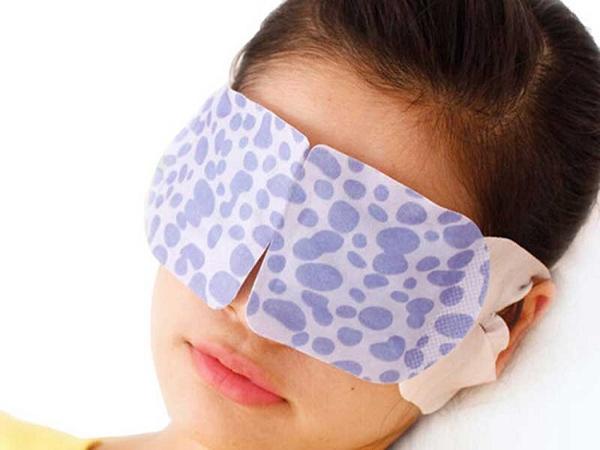 Người đàn ông bị mù vì thói quen dùng điện thoại trước khi ngủ