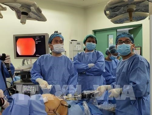 Vietnamese doctors introduce robotic surgery overseas
