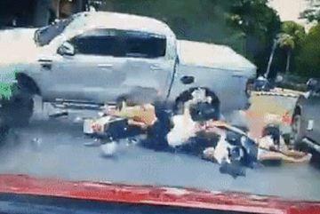 Bán tải Ford Ranger mất lái húc bay nhóm học sinh đi xe máy