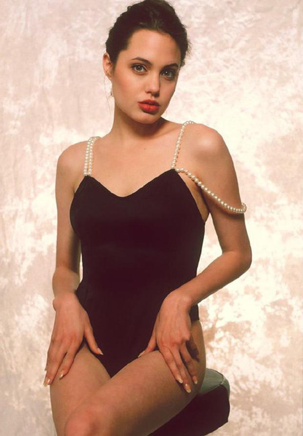 Angelina Jolie khoe thân hình gợi cảm tuổi 16