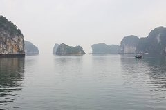Quang Ninh government rejects tour fee hike in Halong Bay
