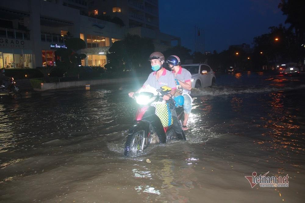 Triều cường ngấp nghé đỉnh, khu nhà giàu Sài Gòn dập dềnh sông nước