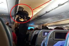 Bắt tận tay người Trung Quốc trộm cả gói tiền trên máy bay