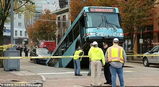 'Hố tử thần' bất ngờ xuất hiện, muốn nuốt chửng cả xe buýt