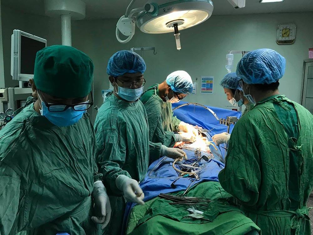 Bác sĩ lấy nhiều viên sỏi dạng san hô trong ống tụy bệnh nhân ung thư