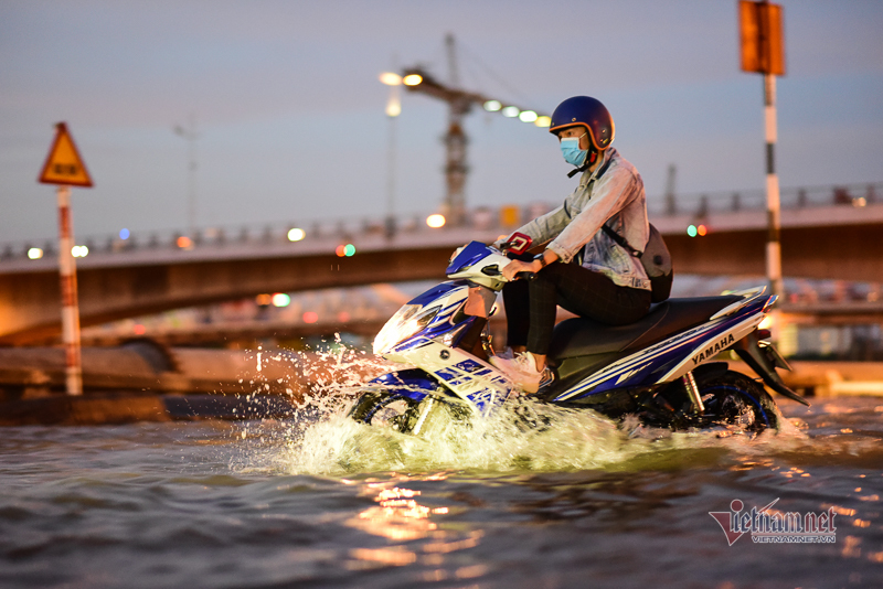 Nước từ cống trào lên khắp nơi, triều cường Sài Gòn lại đạt đỉnh