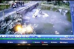 Va chạm nhẹ, ô tô rơi tõm xuống sông