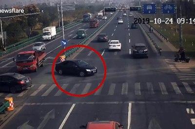 Người đàn ông nhanh trí nhảy khỏi xe máy trước khi ô tô đâm