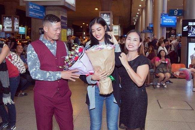 Kiều Loan bật khóc bên bố mẹ ở sân bay sau Miss Grand Int 2019