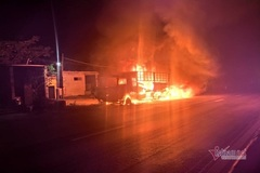 Xe tải bốc cháy dữ dội ở Quảng Bình, 14 tấn sắt biến dạng