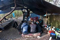 Bên trong lán trại giữa rừng nước Pháp của người Việt di cư