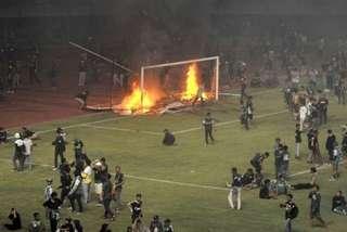 CĐV Indonesia nổi loạn đập phá, đốt SVĐ