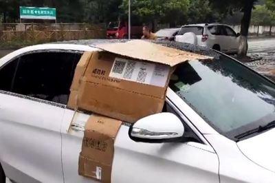 Trời mưa, chủ xe Mercedes-Benz quên đóng cửa và hành động ấm áp của người đi đường