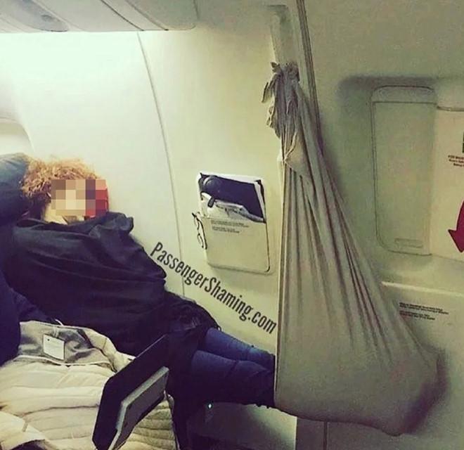 Hành khách dùng chăn làm võng ngủ trên máy bay gây tranh cãi