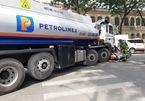 Xe bồn chở xăng chạy vào trung tâm Sài Gòn, tông cô gái nguy kịch