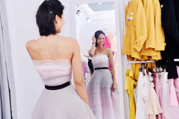 H'Hen Niê để mặt mộc ở hậu trường tuần lễ thời trang