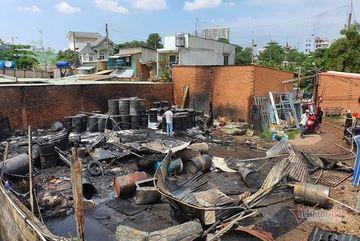 Kho nhớt tái chế ven Sài Gòn cháy tan hoang, lính cứu hỏa bị thương