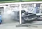 Xe bán tải đâm vào trạm xăng, tài xế tháo biển số chạy trốn
