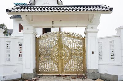 Nhà thêm sang chảnh với cổng nhôm đúc