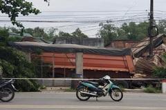 Xe đầu kéo tông sập nhà dân, tài xế kẹt cứng trong cabin kêu cứu