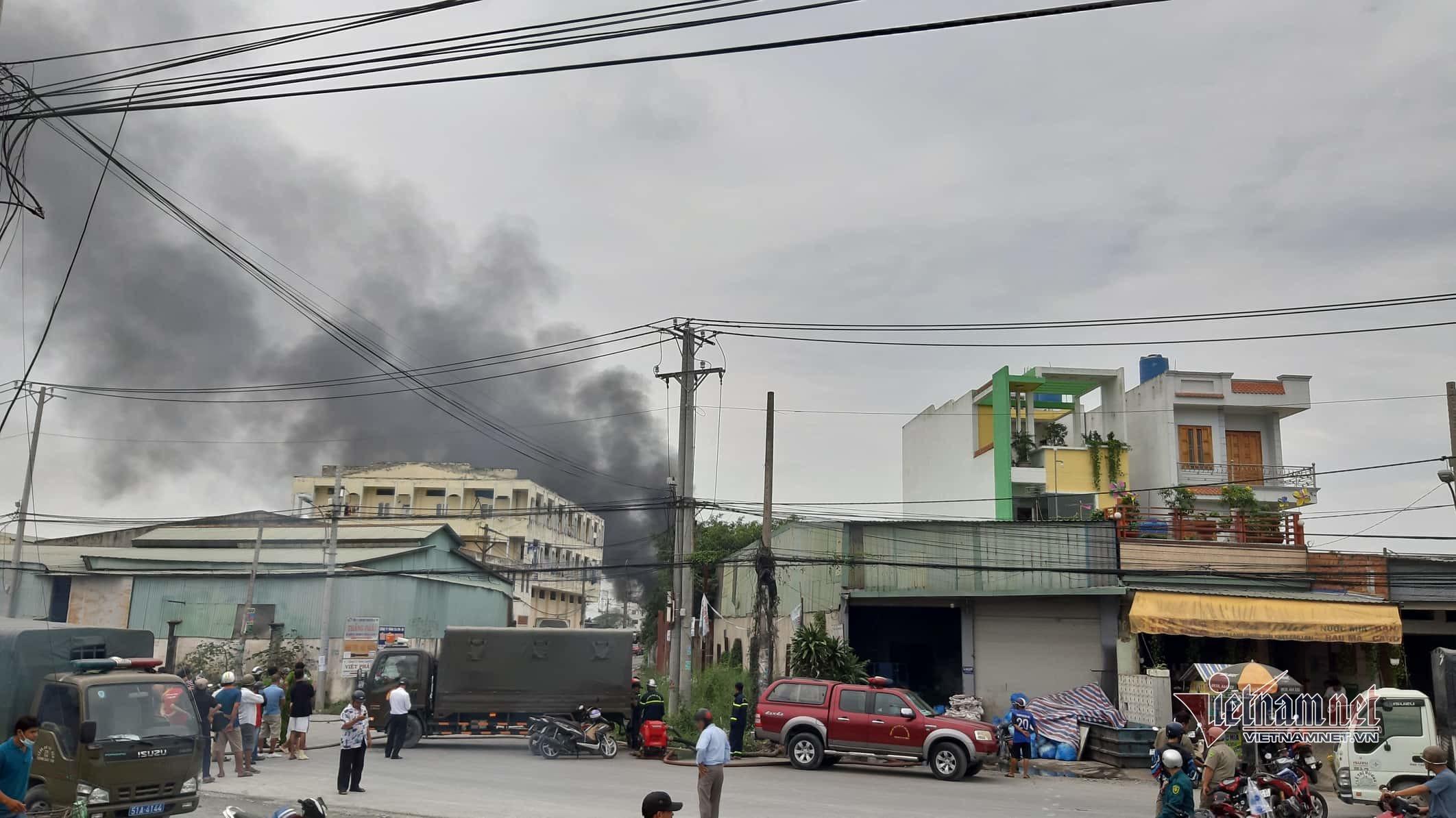 Lửa khói cuồn cuộn thiêu rụi xưởng sản xuất nệm ven Sài Gòn