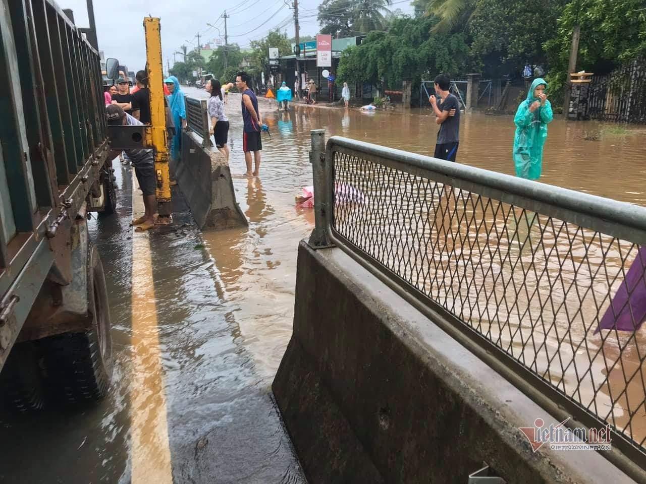 Quốc lộ qua Bình Định ngập cả mét, trạm BOT tê liệt