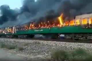 Tàu Pakistan cháy ngùn ngụt, ít nhất 65 người chết