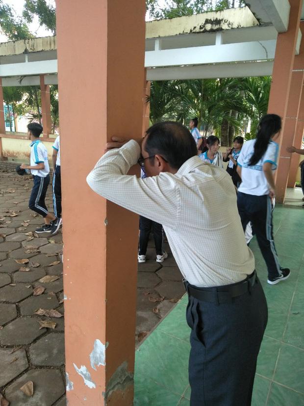 Thầy giáo chơi trốn tìm với học sinh 'đốn tim' dân mạng