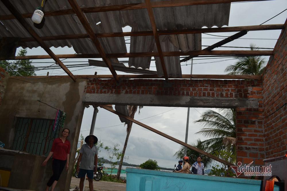 Sóng đánh chìm 32 tàu, nhà cửa hoang tàn sau bão số 5