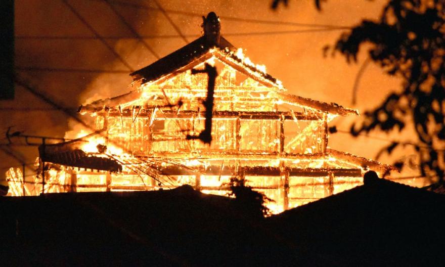 Lửa thiêu rụi lâu đài cổ ở Nhật