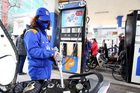 Sau 2 lần giảm, xăng lại tăng giá chiều nay