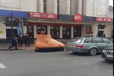 Ô tô hình bàn chân gây chú ý trên phố