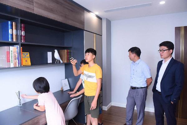 Tự mình trải nghiệm mọi ứng dụng công nghệ, tất cả khách mời đều đặc biệt ấn tượng với sự thông minh của căn nhà thời thượng Sunshine Center