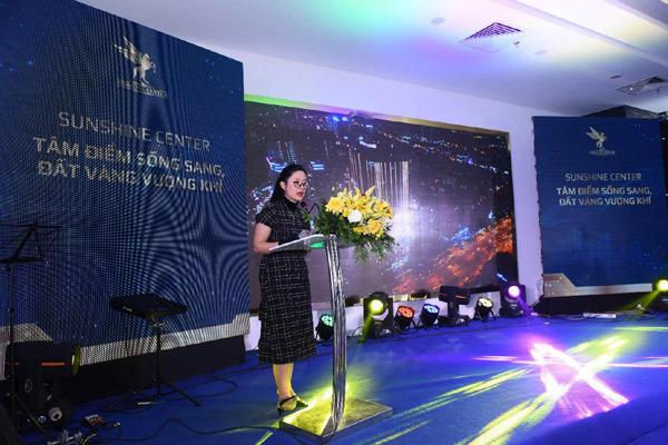 Bà Nguyễn Bích Ngọc - Giám đốc dự án Sunshine Center thuyết trình tại sự kiện